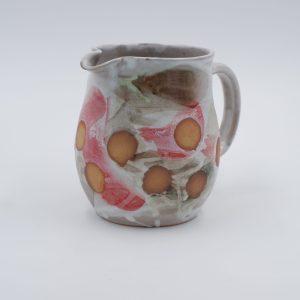 Keramikkrug mit braunen Kreisen, rote, grüne und weisse Glasur